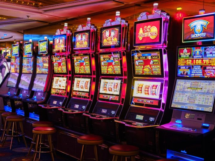 Advice And Strategies For Playing Slots In Land-Based Casinos And Online